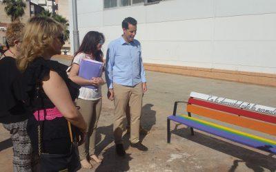 Elda pinta bancos con la bandera arcoiris para reconocer al colectivo LGTBI