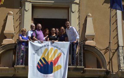 El Ayuntamiento despliega una pancarta con motivo del Día de las Lenguas de Signos