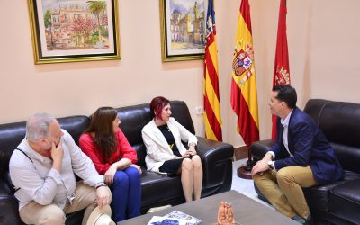 El alcalde recibe a Elia Barceló con motivo de la presentación de su nuevo libro