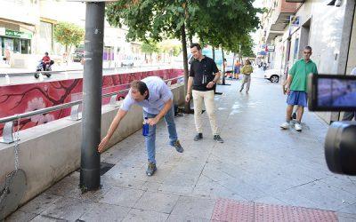Mantenimiento aplica repelentes para proteger el mobiliario urbano de la orina de los perros