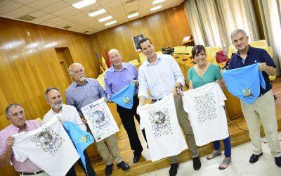 """La Cofradía de los Santos Patronos, el alcalde y la concejala de Fiestas, presentan la camiseta de """"correr la traca"""", diseñada por Stuart Weitzman"""