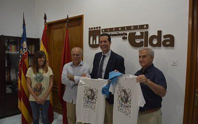 La Cofradía de los Santos Patronos entrega la camiseta y el pañuelo al alcalde y al pregonero
