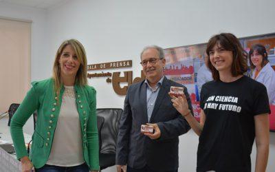 Los científicos Nicolás Cuenca e Isabel Ortuño, reciben el carné de embajadores de Elda