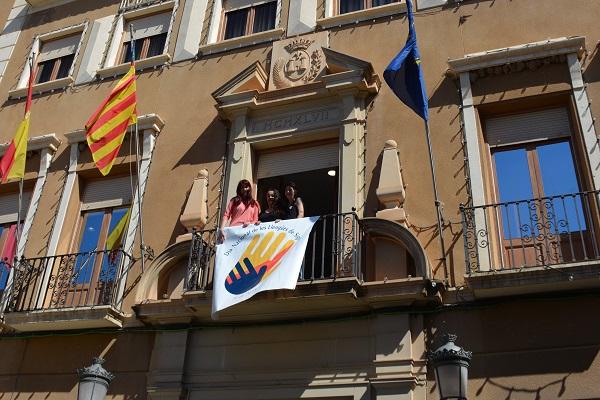 El Ayuntamiento despliega una pancarta con motivo de la celebración del día nacional de la lengua de signos