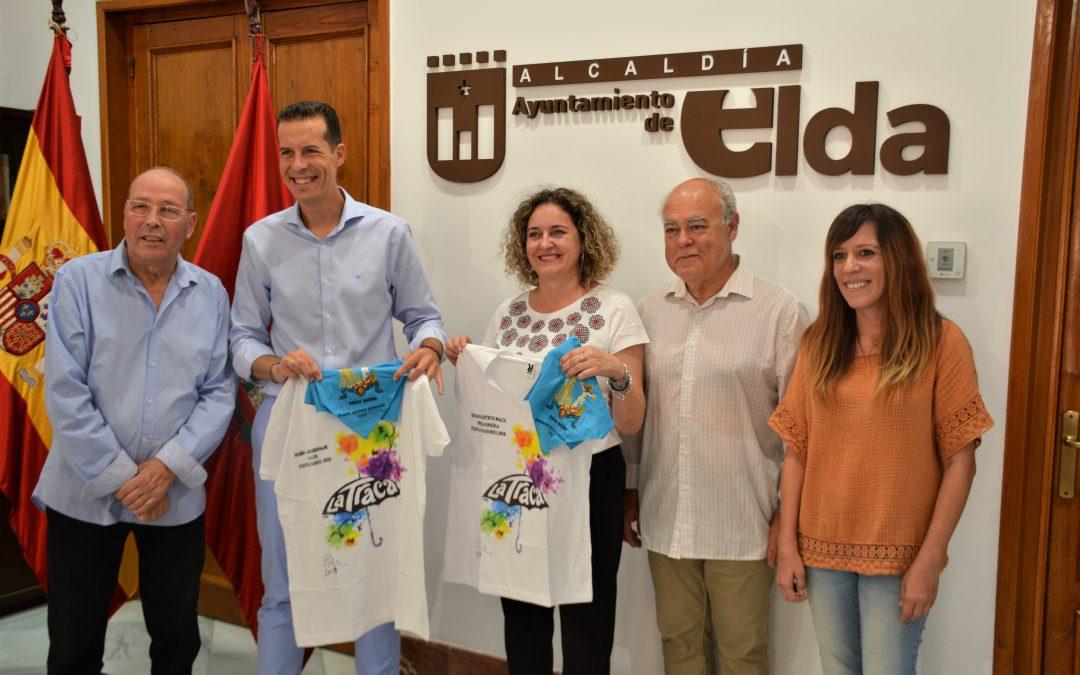 """El alcalde y la pregonera de las Fiestas Mayores reciben su camiseta y pañuelo personalizados para """"correr la traca"""""""