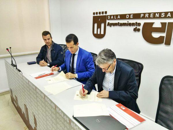 Momento de la firma del convenio entre el Ayuntamiento y el CEE.