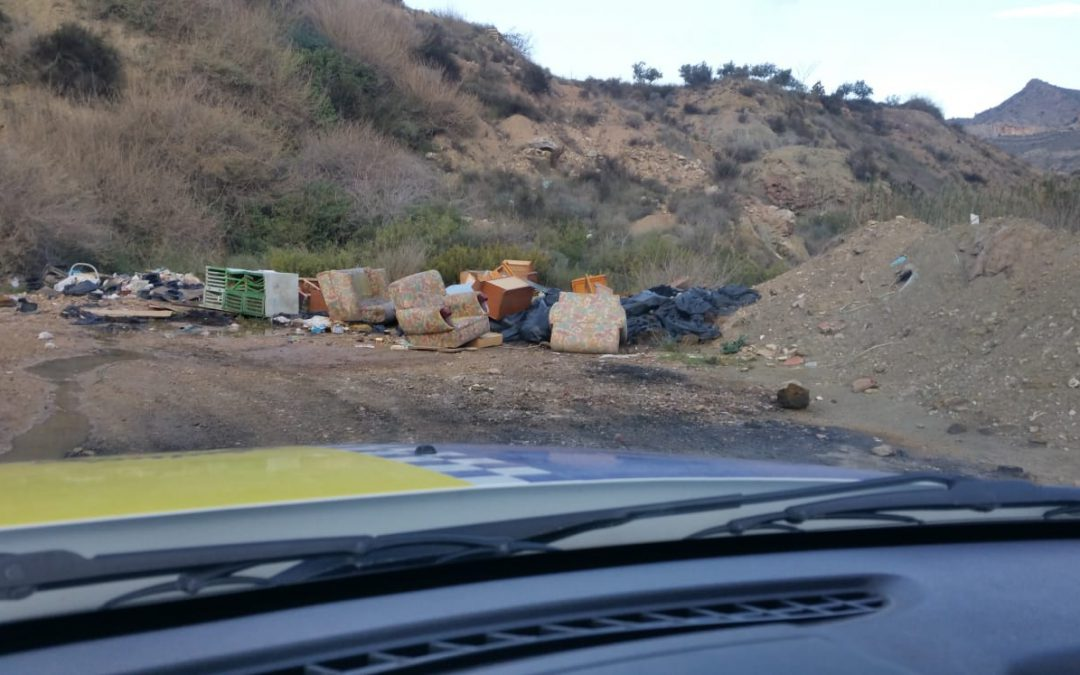 Medio Ambiente denuncia un vertido de enseres en la rambla de La Melva a escasas horas de la alerta por gota fría