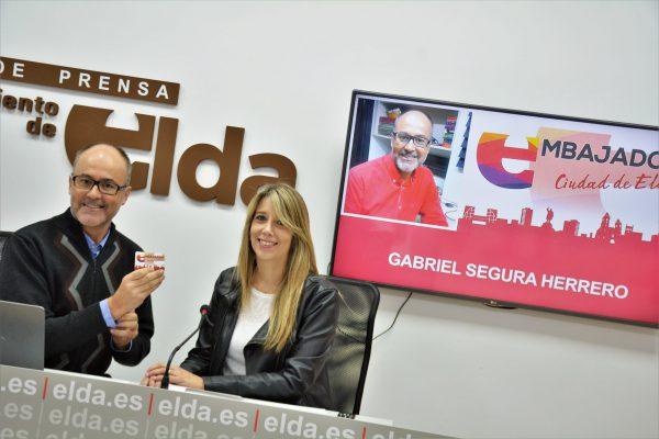 Gabriel Segura recibiendo su carné de Embajador.