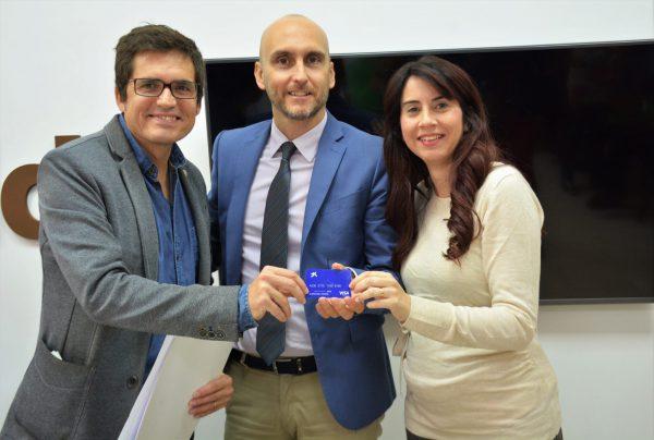 Javier Ruvira, Vicente Molina y Alba García con la Tarjeta Solidaria.