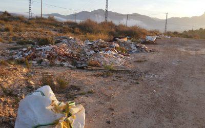 La Concejalía de Medio Ambiente limpia varios vertidos incontrolados.