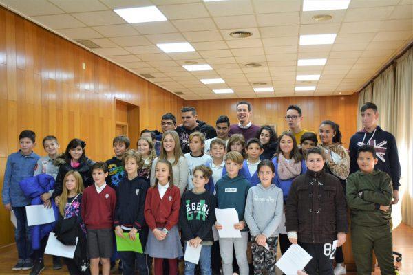 El alcalde junto a los niños participantes en el pleno infantil.