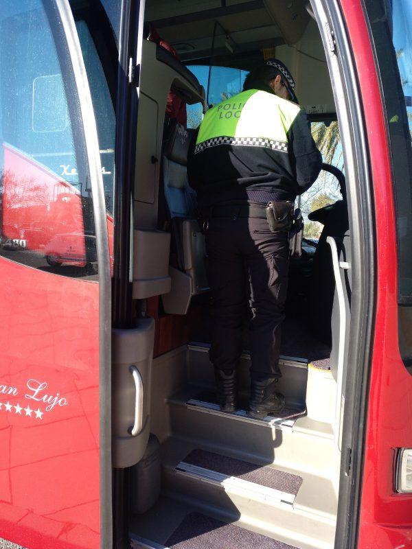 Imagen de la Policía Local en el autobús.