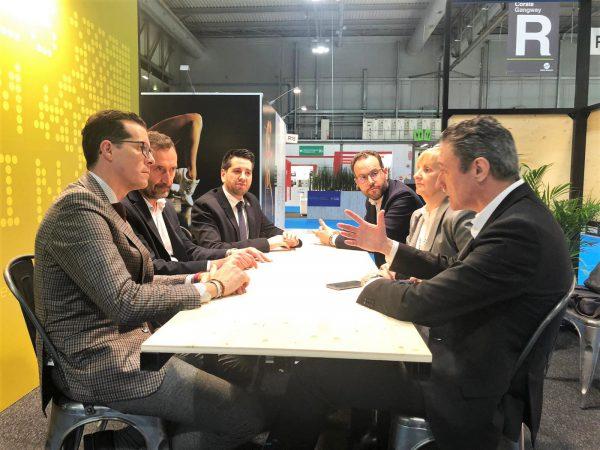 El alcalde, Rubén Alfaro, muestra su respaldo a las empresas eldenses en Milán.