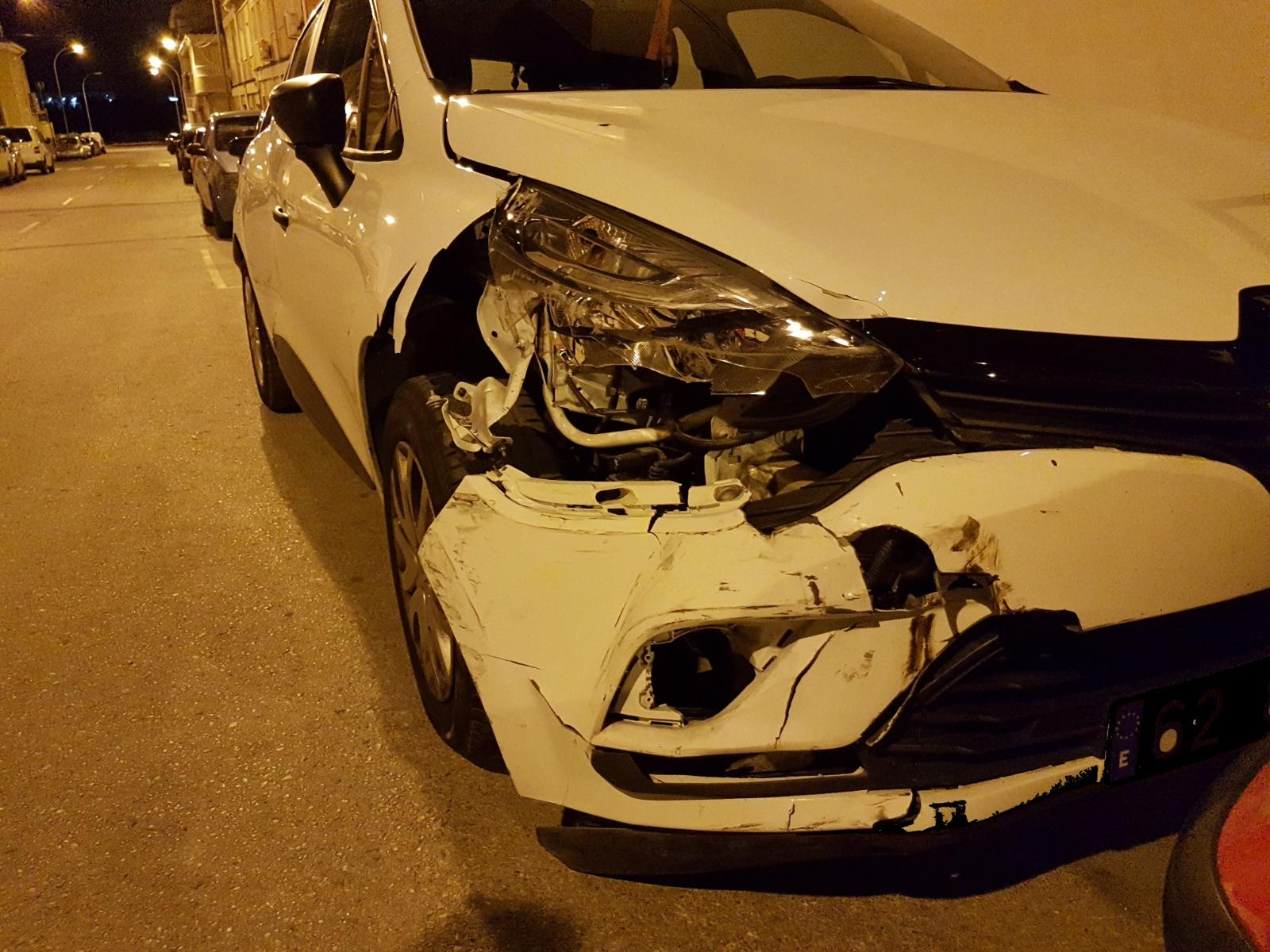 La Policía Local de Elda detiene a dos conductores sin carné tras causar importantes daños en varios vehículos estacionados