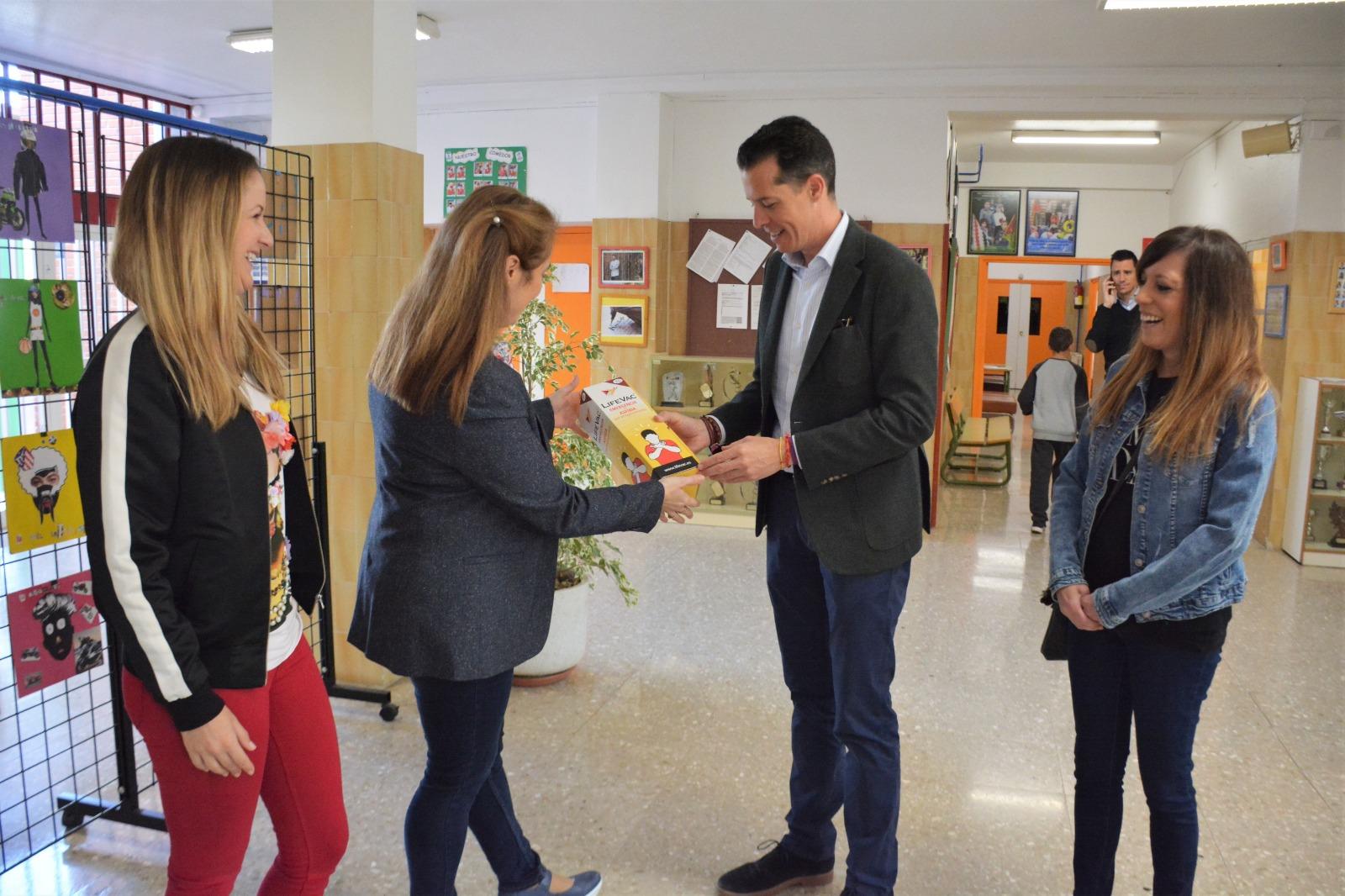 El Ayuntamiento de Elda comienza a distribuir el dispositivo anti atragantamiento por los colegios e institutos de la ciudad