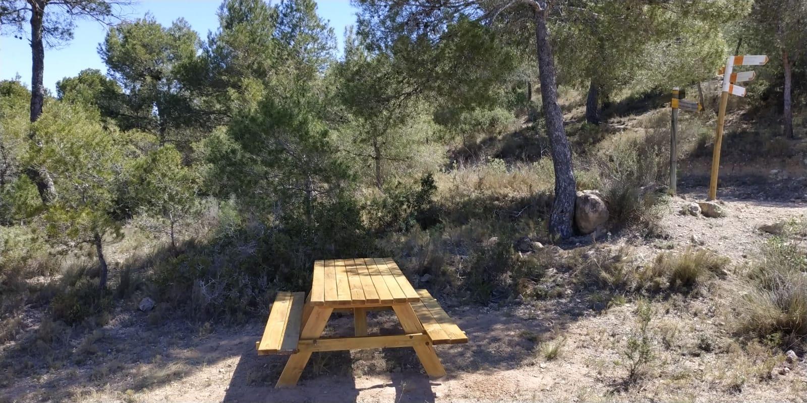 Medio Ambiente de Elda coloca dos mesas recreativas en la sierra de Camara y el Pantano