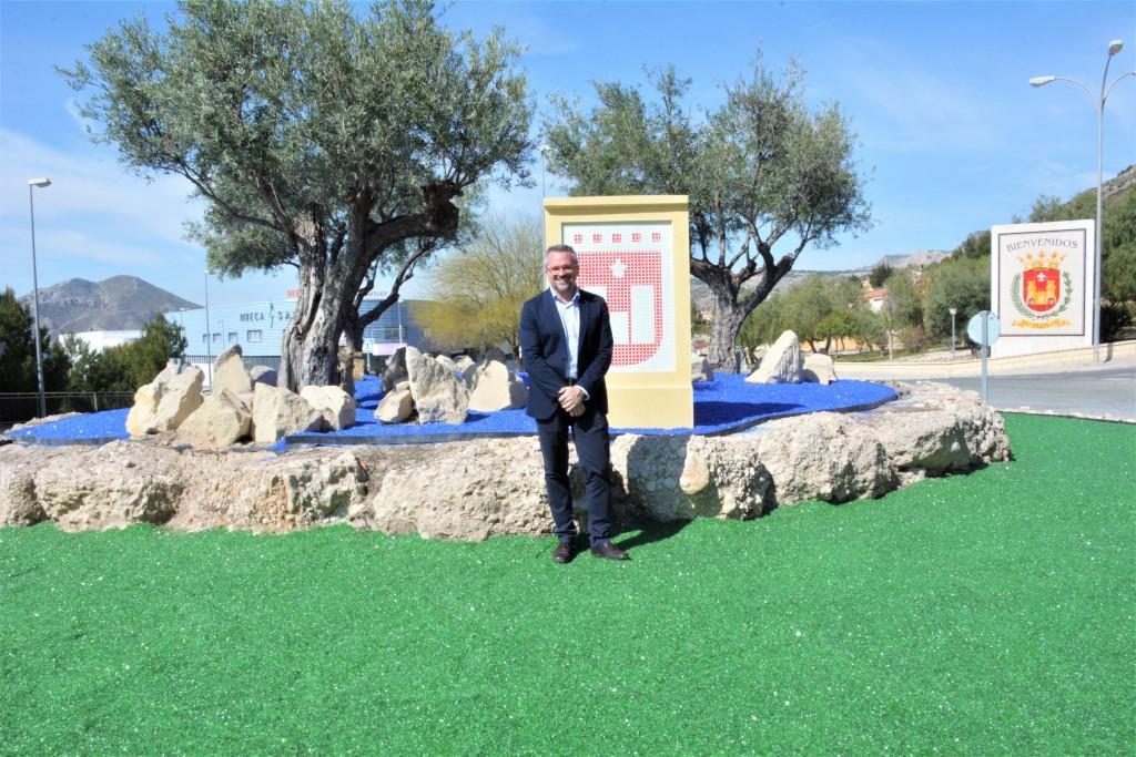La rotonda de La Torreta de Elda estrena una nueva decoración realizada con vidrio reciclado