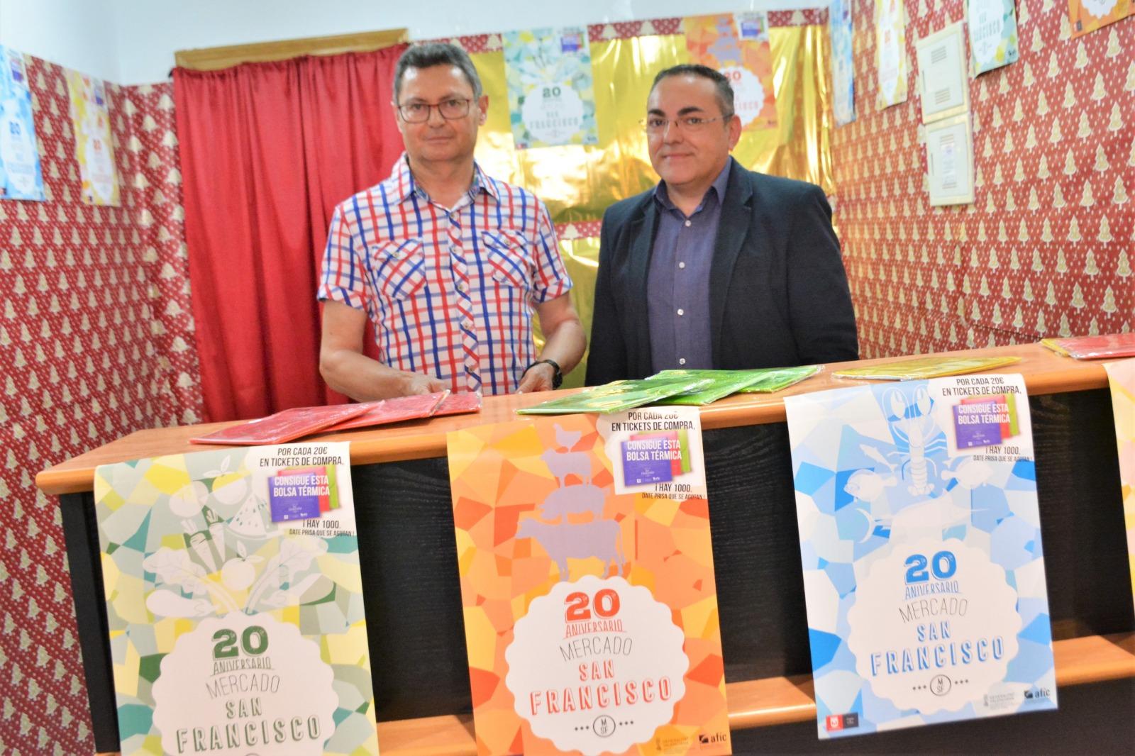 Los comerciantes del Mercado de San Francisco de Elda celebran su 20 aniversario con el regalo de 1.000 bolsas térmicas