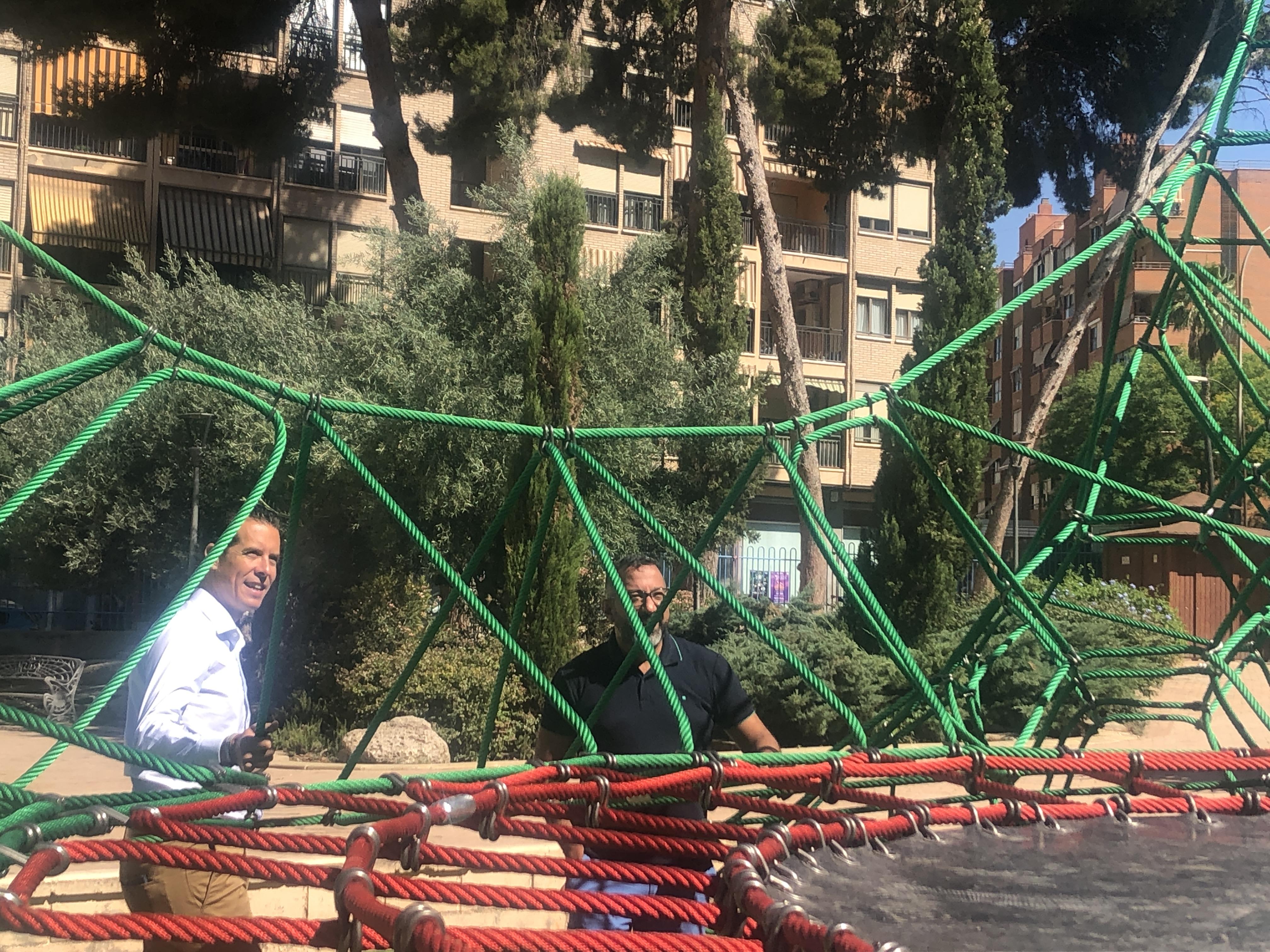 El Ayuntamiento de Elda completa la renovación de los nuevos juegos infantiles en varios parques de la ciudad