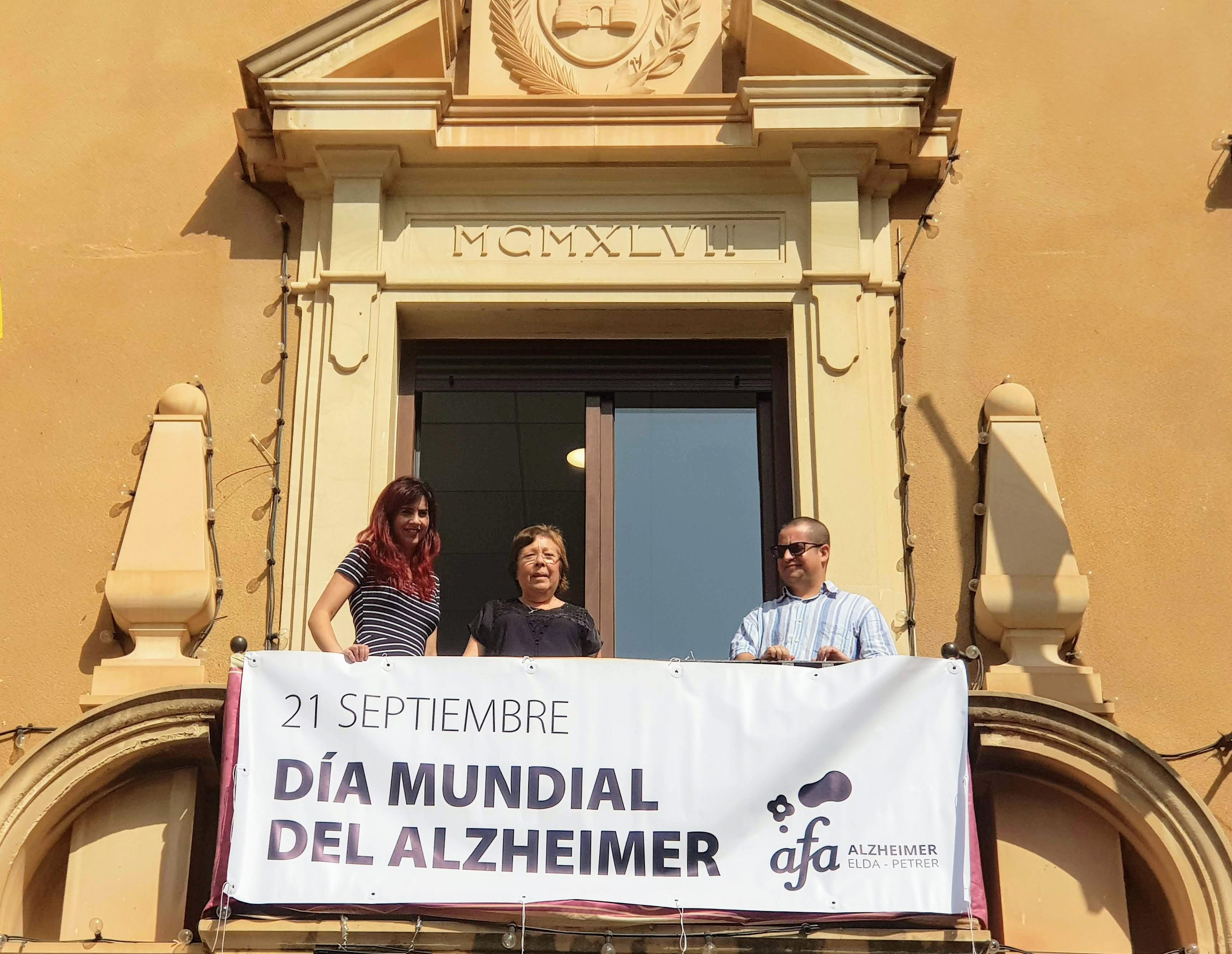 El Ayuntamiento de Elda se suma a los actos del Día Mundial del Alzheimer con la colocación de una pancarta en el balcón consistorial