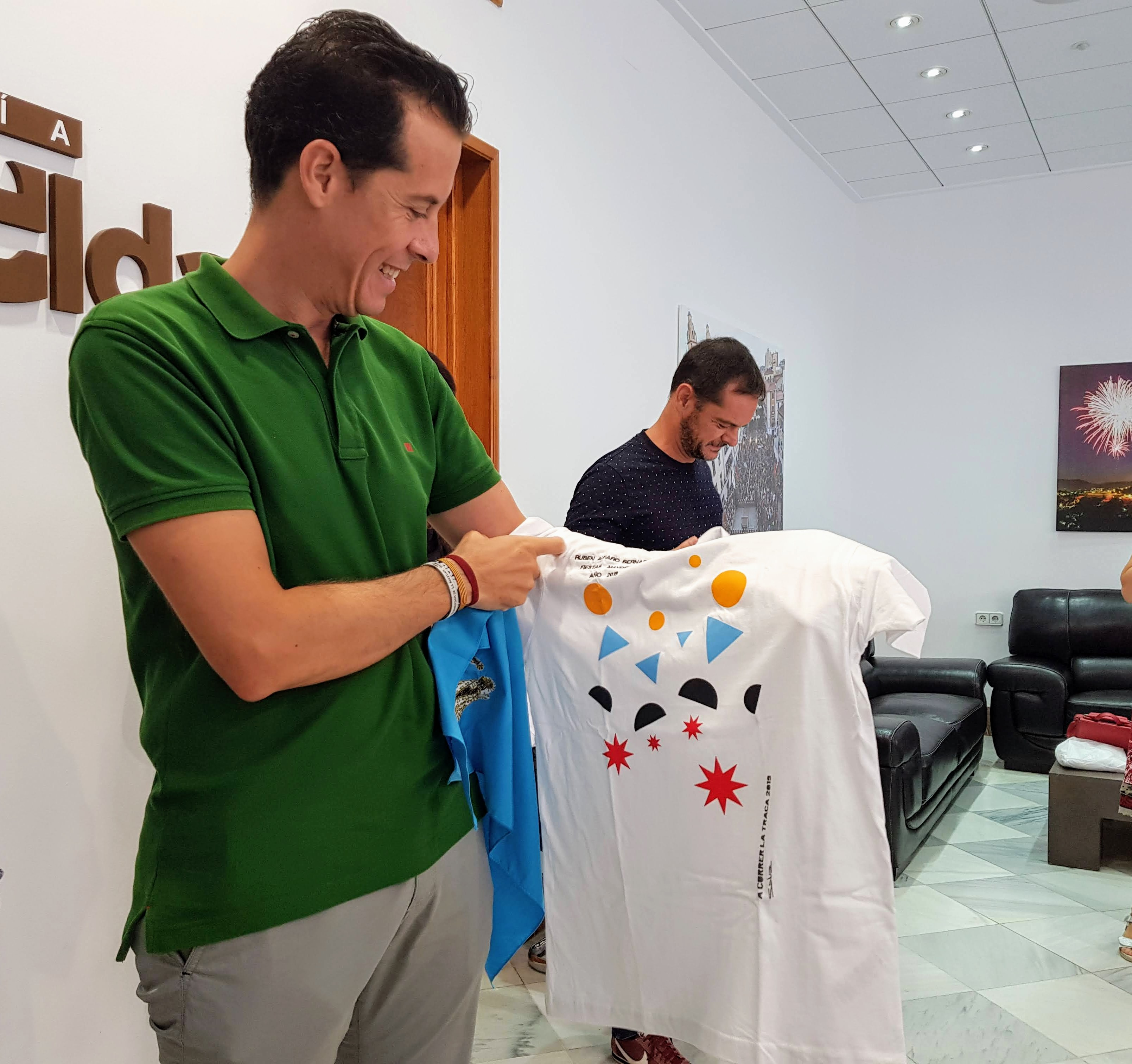 """El alcalde y el pregonero de las Fiestas Mayores reciben su camiseta y pañuelo para """"correr la traca"""""""