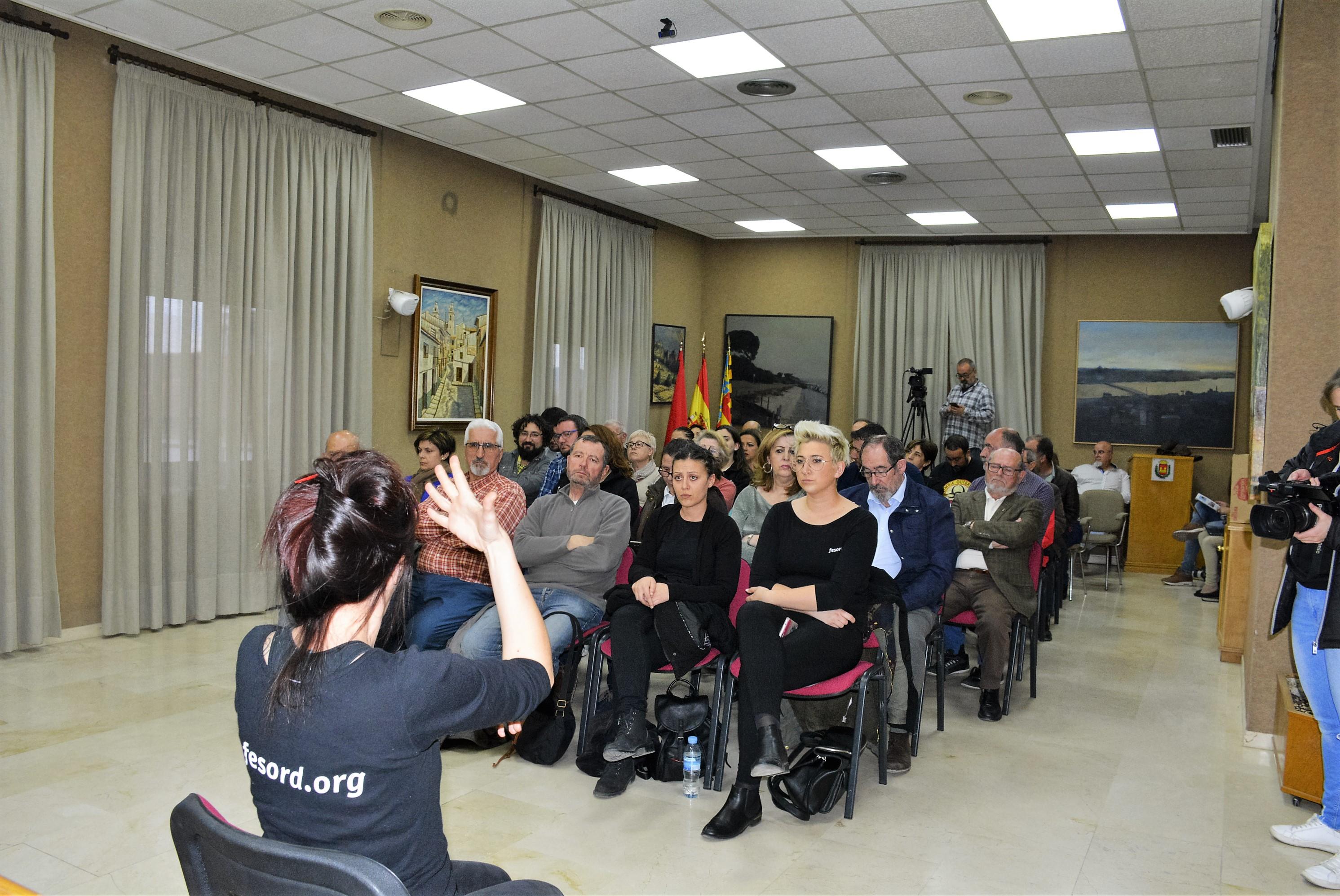 El Ayuntamiento contrata el servicio de intérprete en lengua de signos para plenos y actividades institucionales