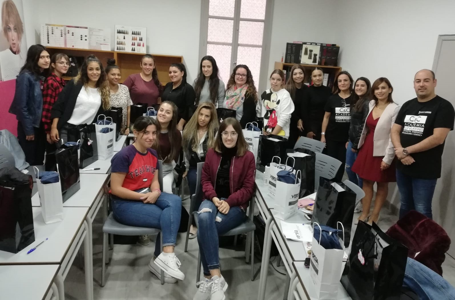 Diecinueve jóvenes participan en el curso de Maquillaje Profesional gracias a la colaboración de Idelsa