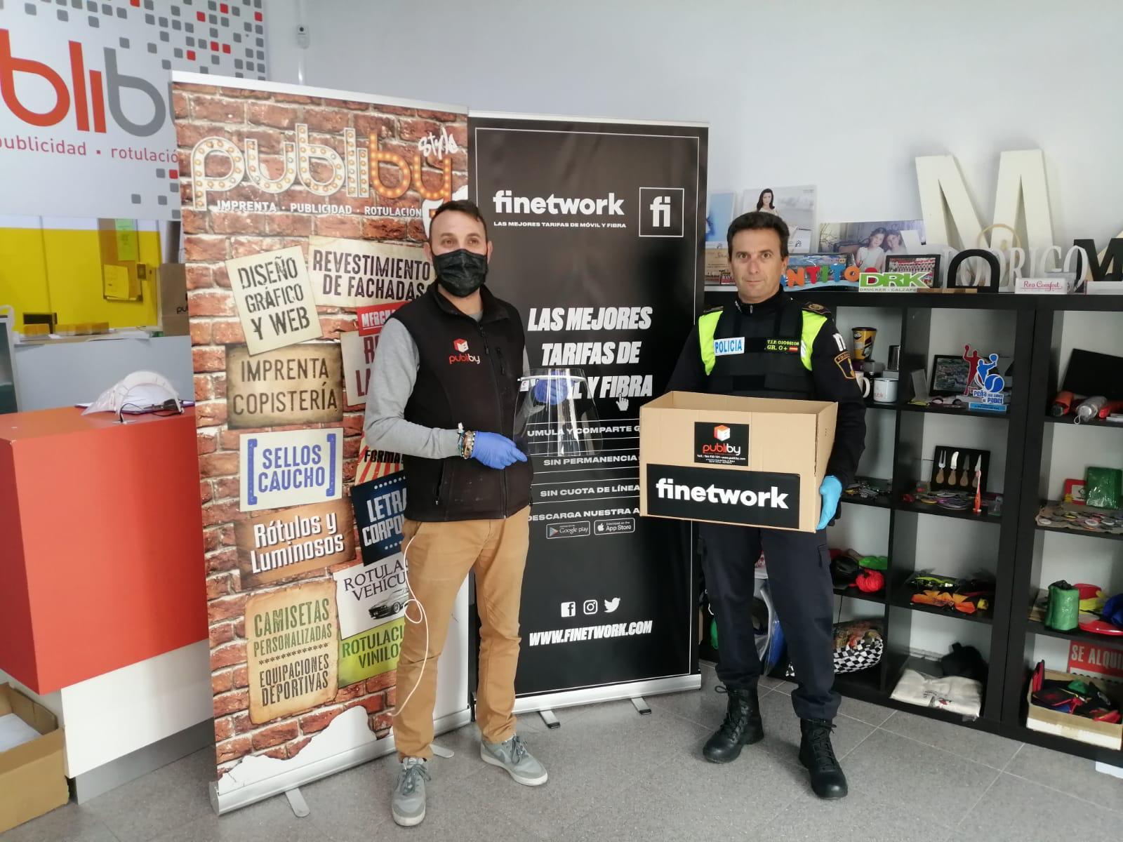 La Policía Local de Elda sigue recibiendo material sanitario como muestra de solidaridad y apoyo de ciudadanos, comercios y empresas