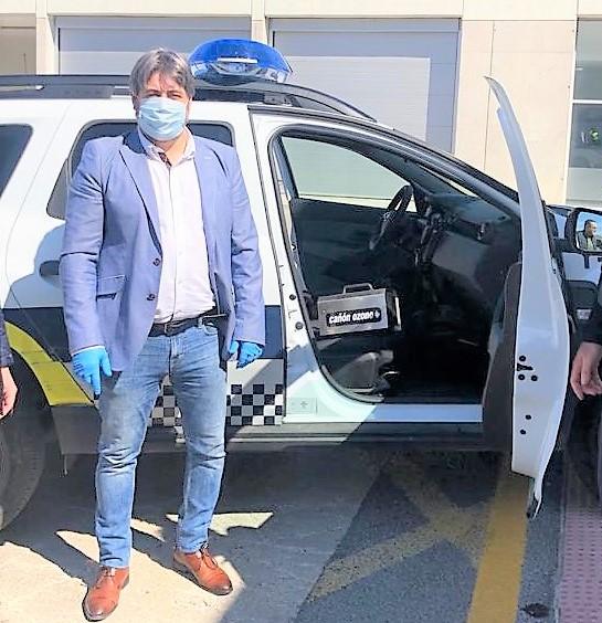 Una empresa dona un generador de ozono a la Policía Local de Elda para desinfectar los coches patrulla