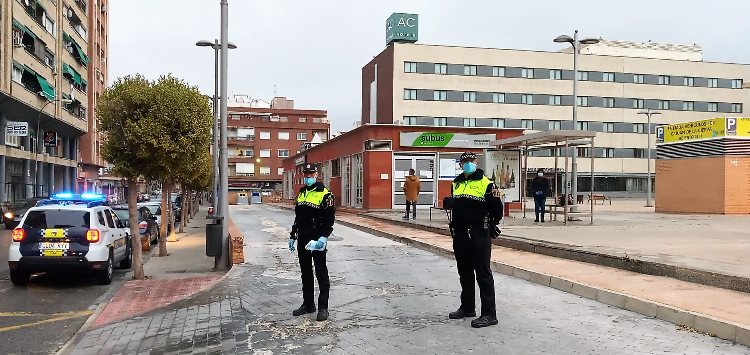 Policía Local y Protección Civil comienzan el reparto de mascarillas entre los usuarios del transporte público
