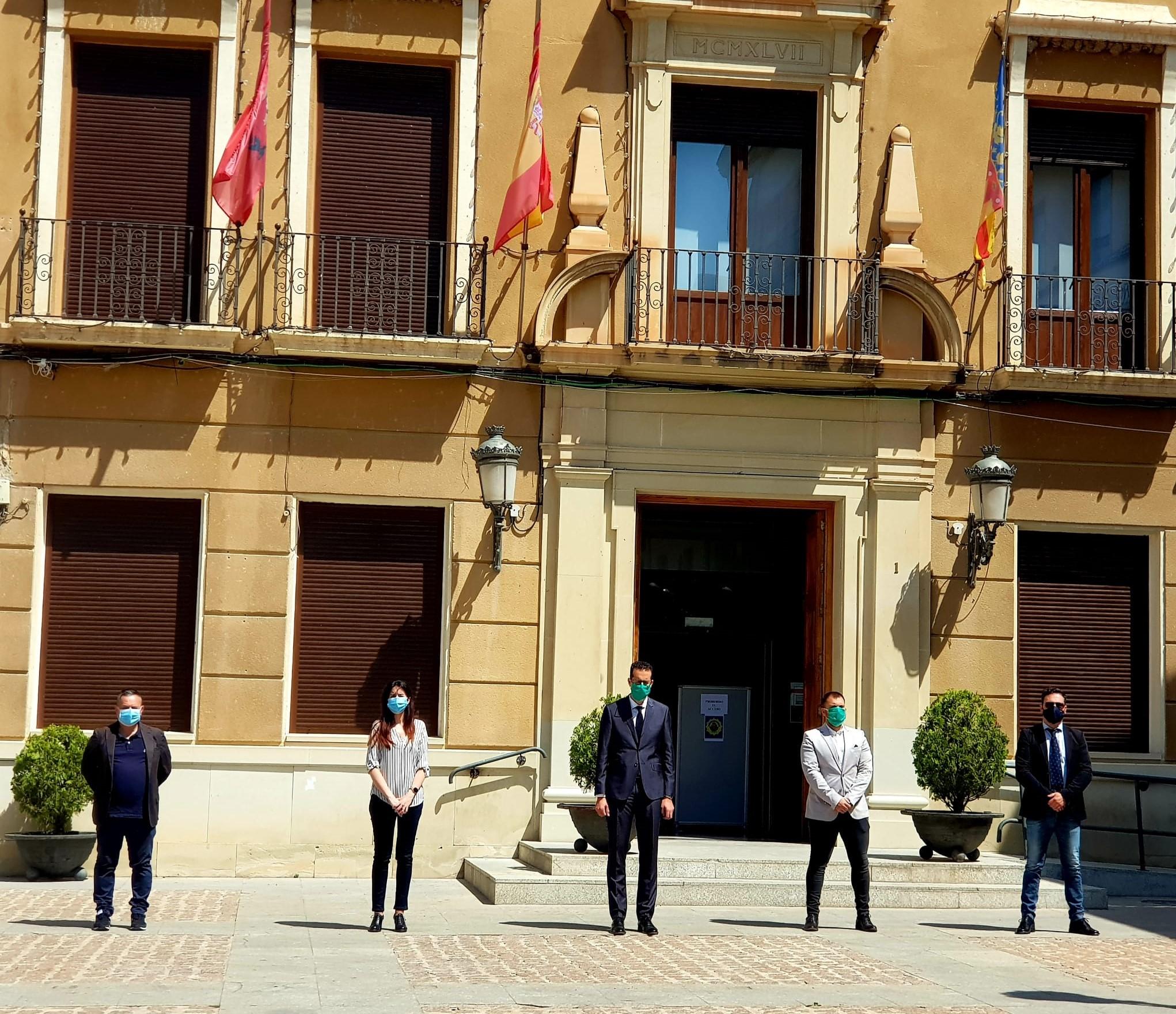 Los representantes de los grupos municipales se concentran ante el Ayuntamiento de Elda en memoria de los fallecidos por la pandemia