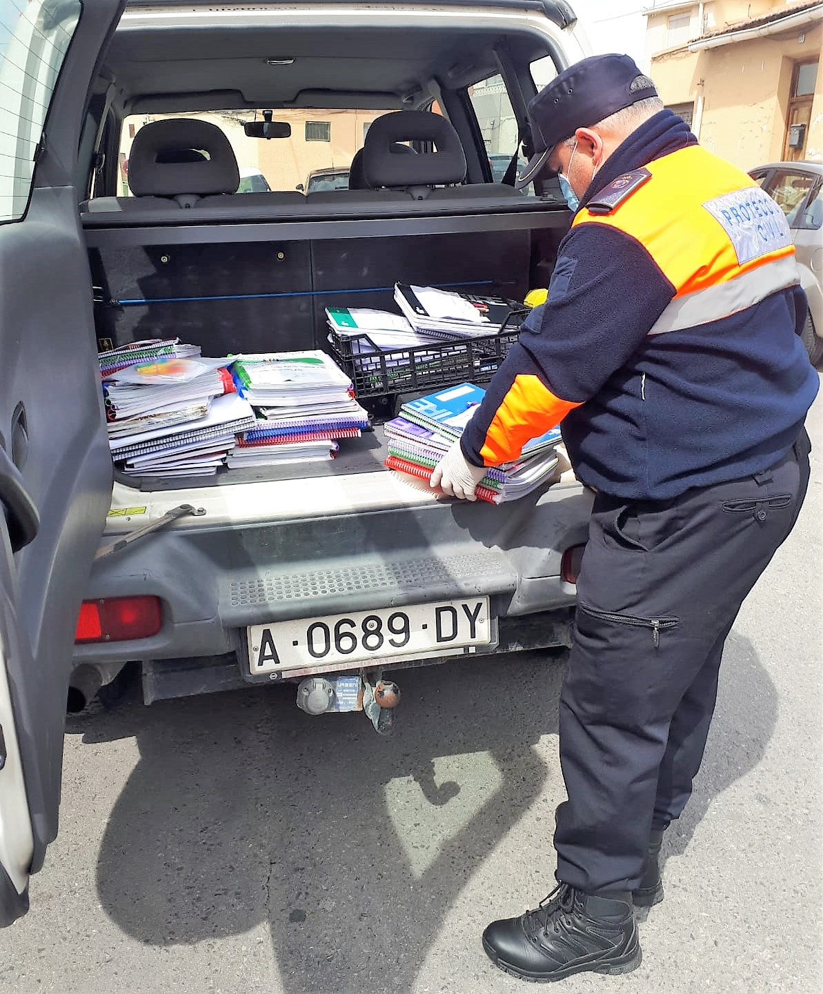 El Ayuntamiento de Elda ya ha repartido las tareas y el material escolar a más de 250 alumnos y alumnas de familias sin medios
