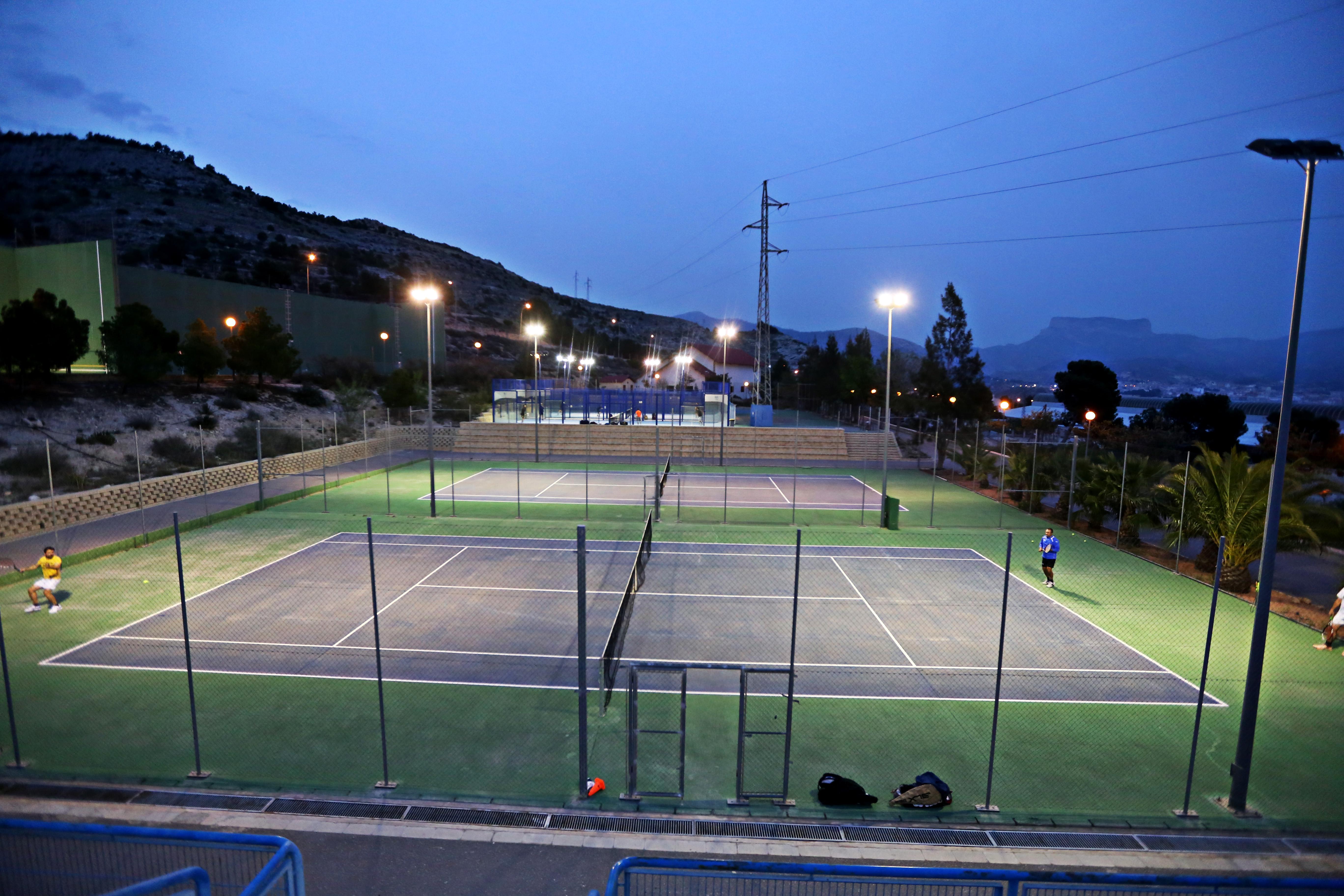 La Concejalía de Deportes reabre este martes las pistas de tenis y pádel del Complejo San Crispín con restricciones de horario y aforo