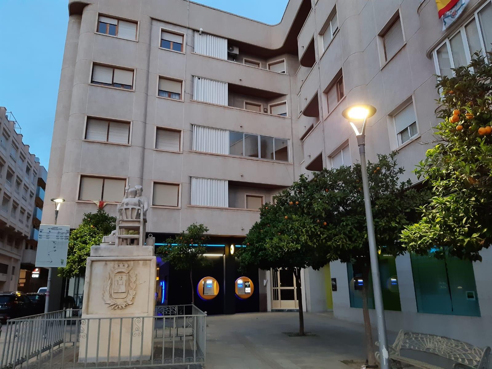 El Ayuntamiento de Elda renueva el alumbrado de la Plaza del Zapatero para mejorar la eficiencia energética y reducir el consumo