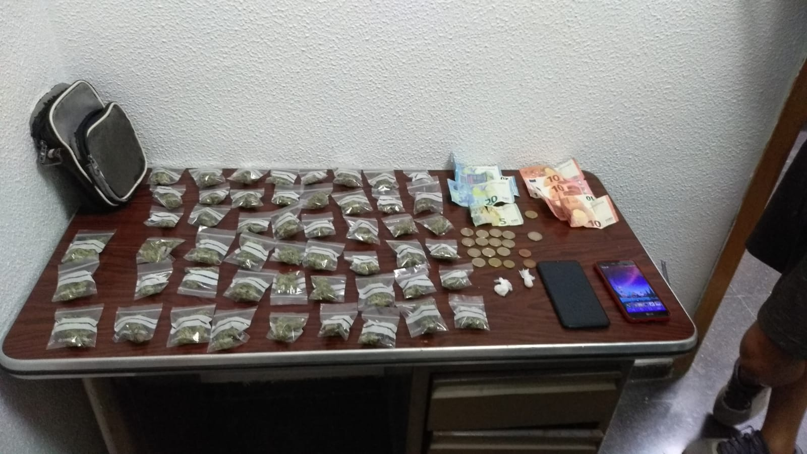 La Policía Local de Elda detiene al conductor de un ciclomotor con medio centenar de bolsitas de marihuana listas para su venta