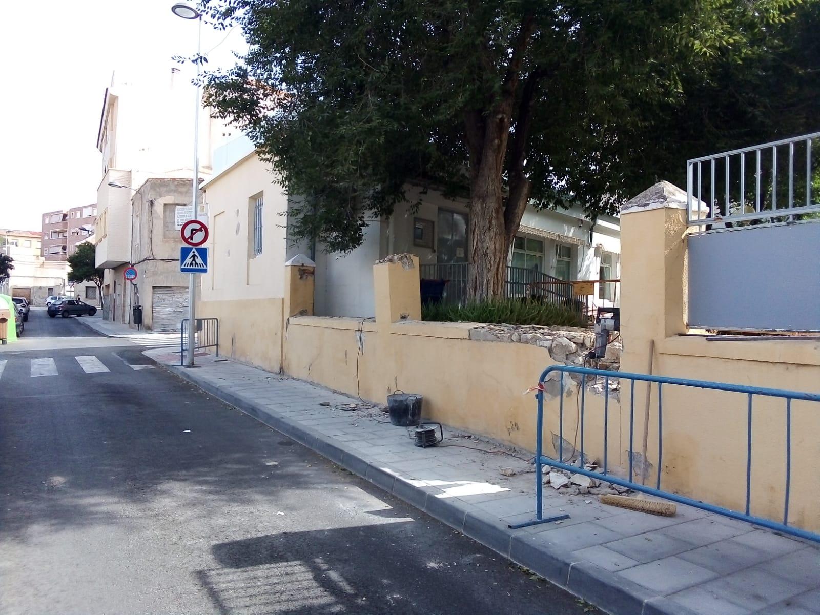 El Ayuntamiento de Elda reforma el muro de la calle Ramón Nocedal para aumentar la seguridad de los usuarios de la asociación de Alzheimer