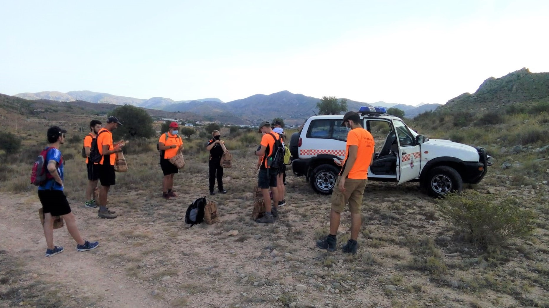 El voluntariado ambiental de Elda continúa su actividad en agosto con la prevención de incendios forestales como objetivo principal