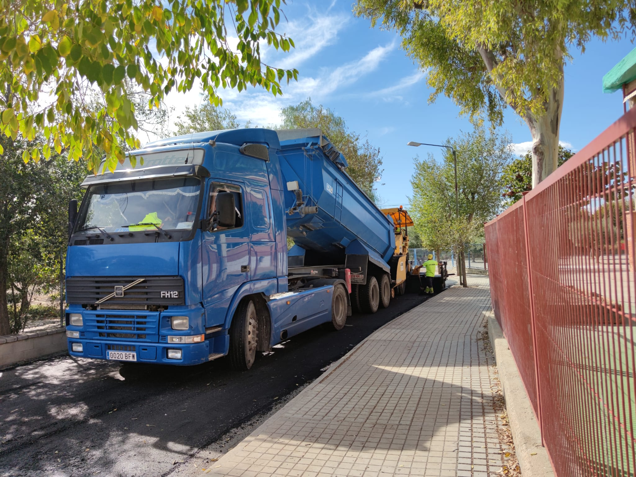 Servicios Públicos reasfalta la calle Maestro José Sedano para mejorar el acceso al CEE Miguel de Cervantes