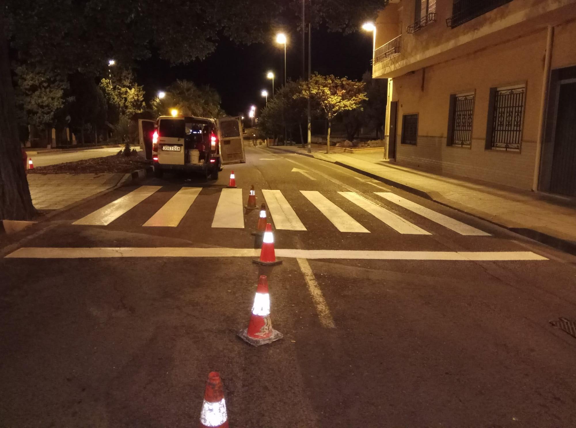 El Ayuntamiento de Elda renueva la señalización horizontal en las inmediaciones de los centros educativos y del Cementerio de Santa Bárbara