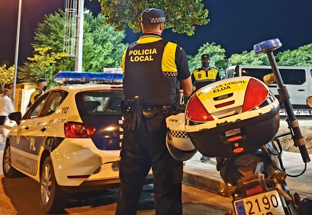 La Policía Local de Elda impone durante el fin de semana una quincena de multas por no hacer uso de la mascarilla