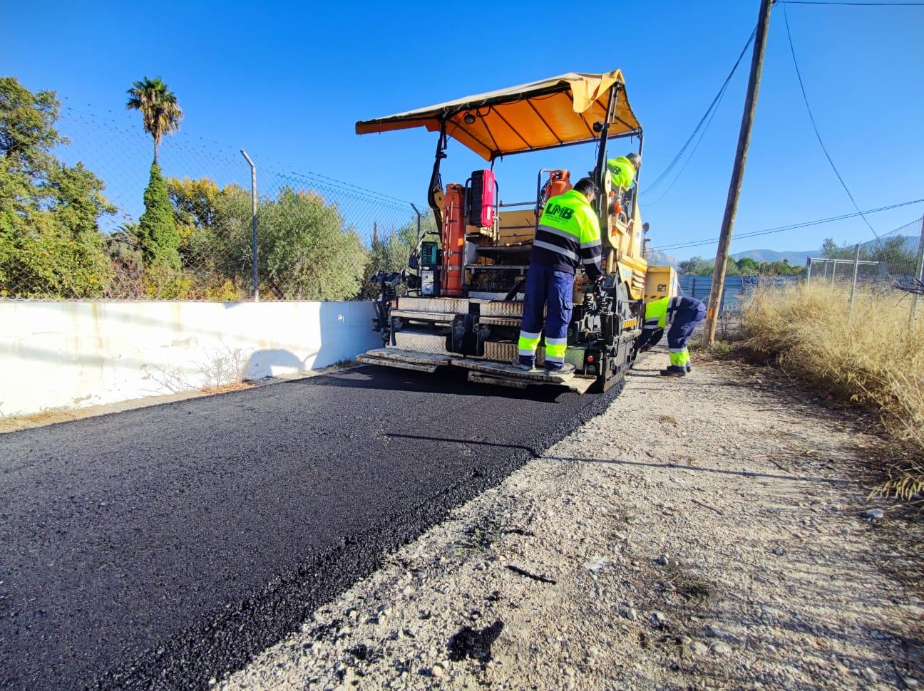 El Ayuntamiento de Elda repara y repavimenta el asfalto de la partida del Melik para mejorar los accesos de más de 30 viviendas