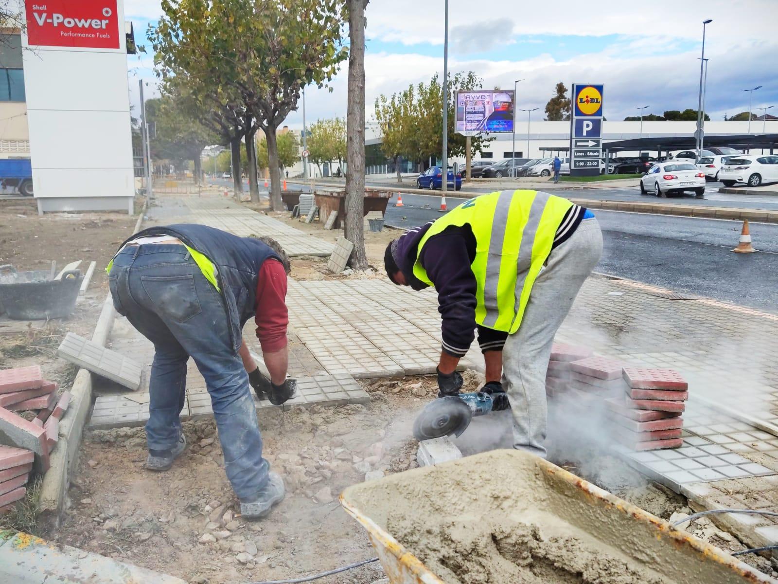 El Ayuntamiento de Elda comienza los trabajos  de remodelación de las aceras de la avenida del Mediterráneo