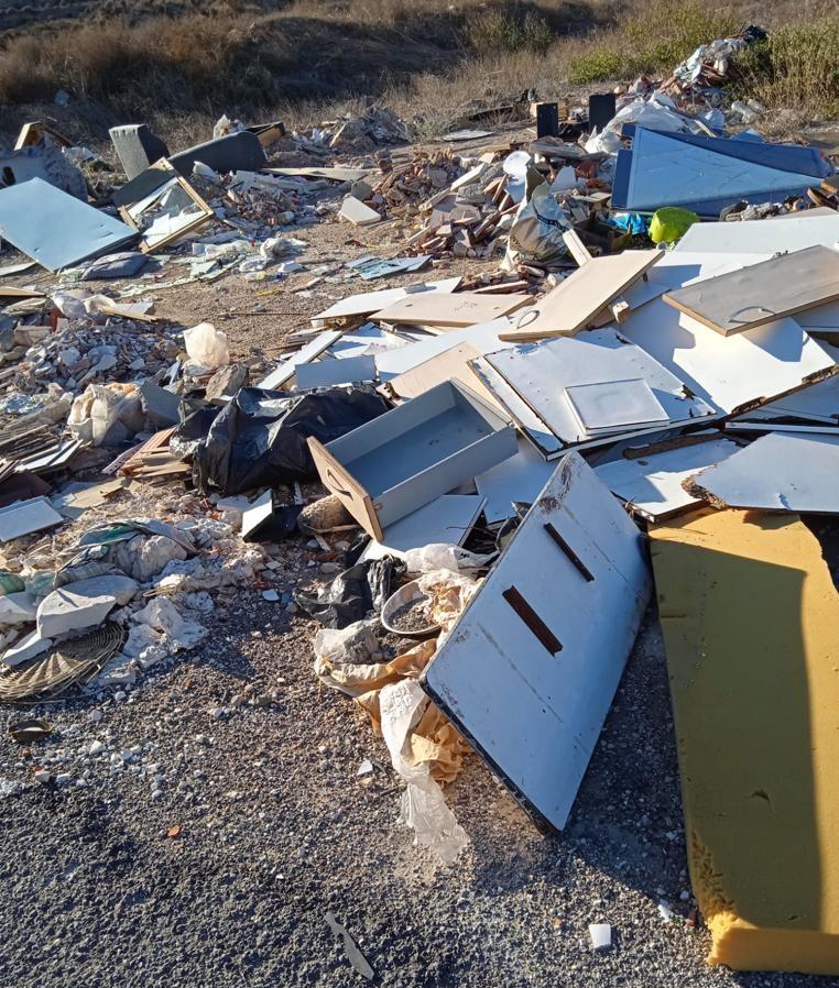 El Ayuntamiento de Elda retira más de 120 toneladas de escombros y basura de diferentes parajes del término municipal