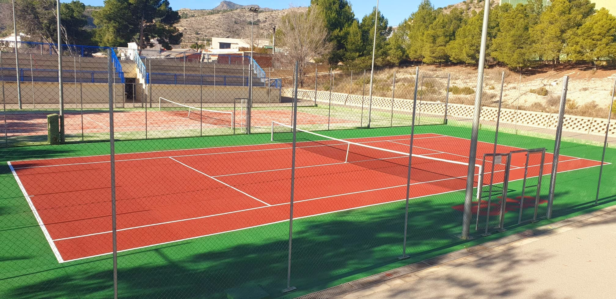 Los trabajos de remodelación de las pistas de tenis de San Crispín concluyen con la instalación de césped artificial en una de ellas
