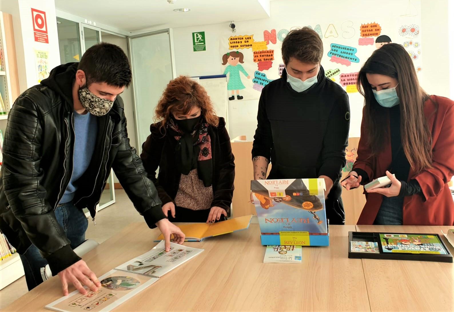 Alumnos de Integración Social de CIPFP Valle de Elda visitan la Biblioteca Alberto Navarro y realizan una donación de libros de lectura fácil