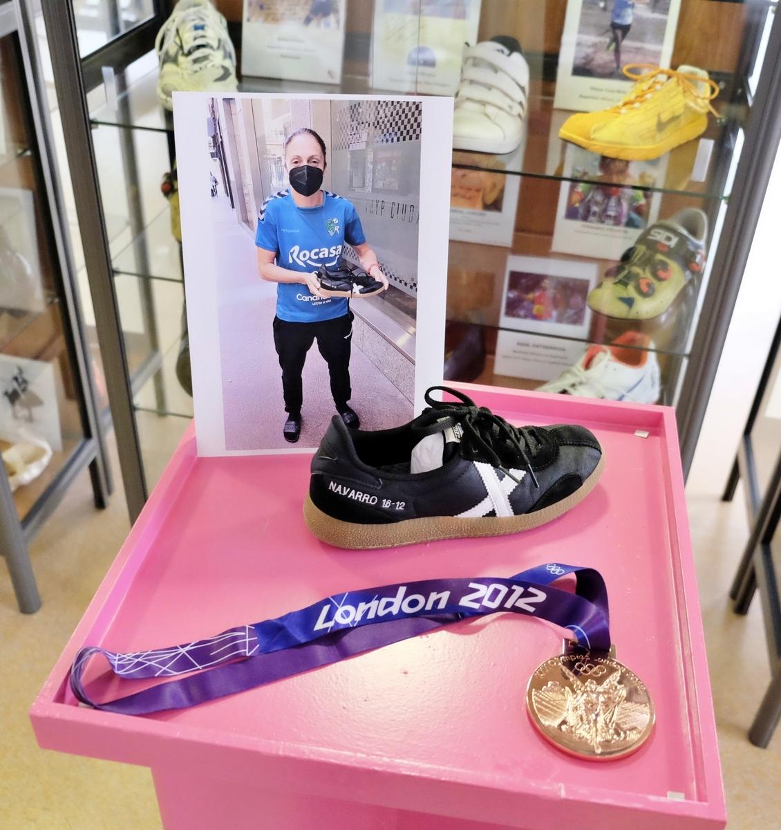 La jugadora de balonmano, Silvia Navarro, dona unas zapatillas al Museo del Calzado