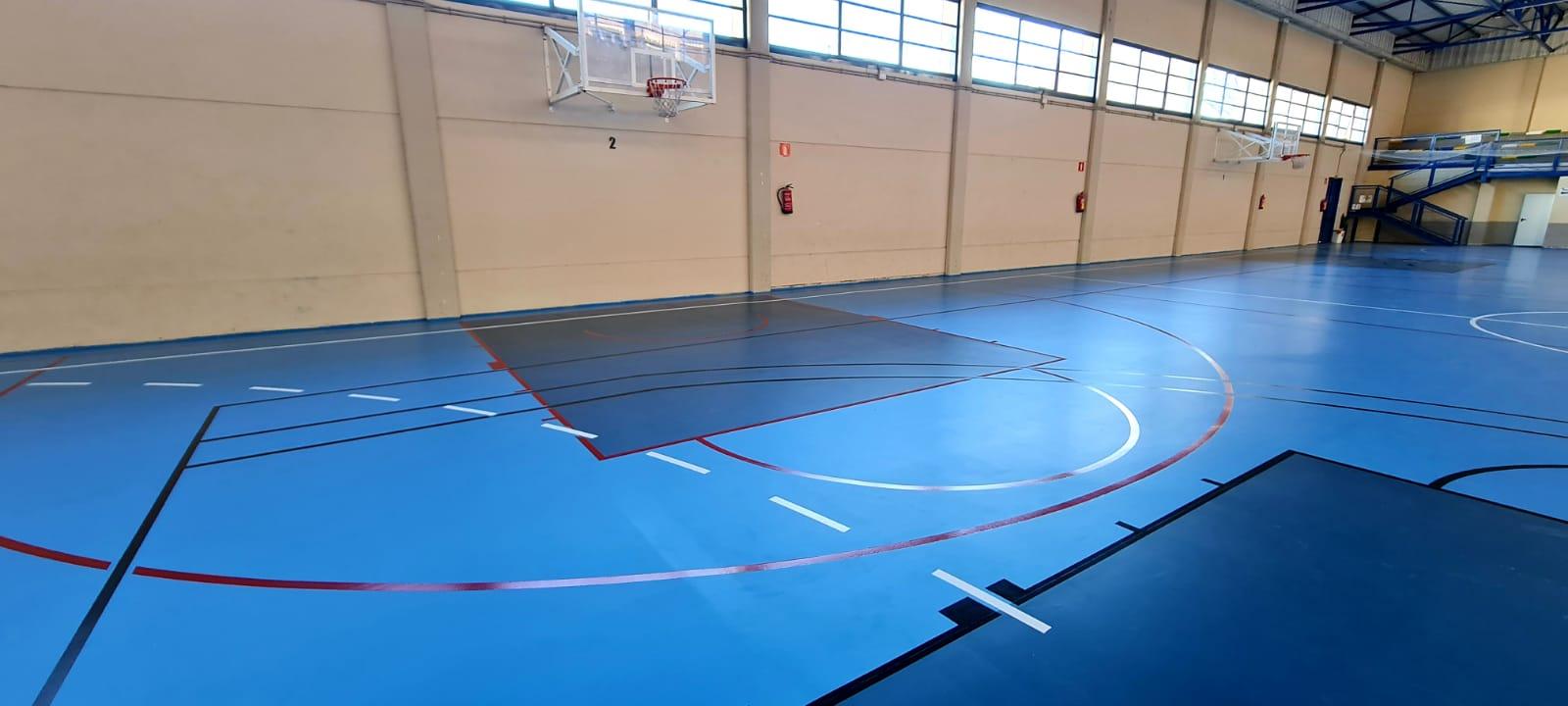El Ayuntamiento de Elda renueva la pista del Pabellón Azul para mejorar la calidad de la superficie de juego