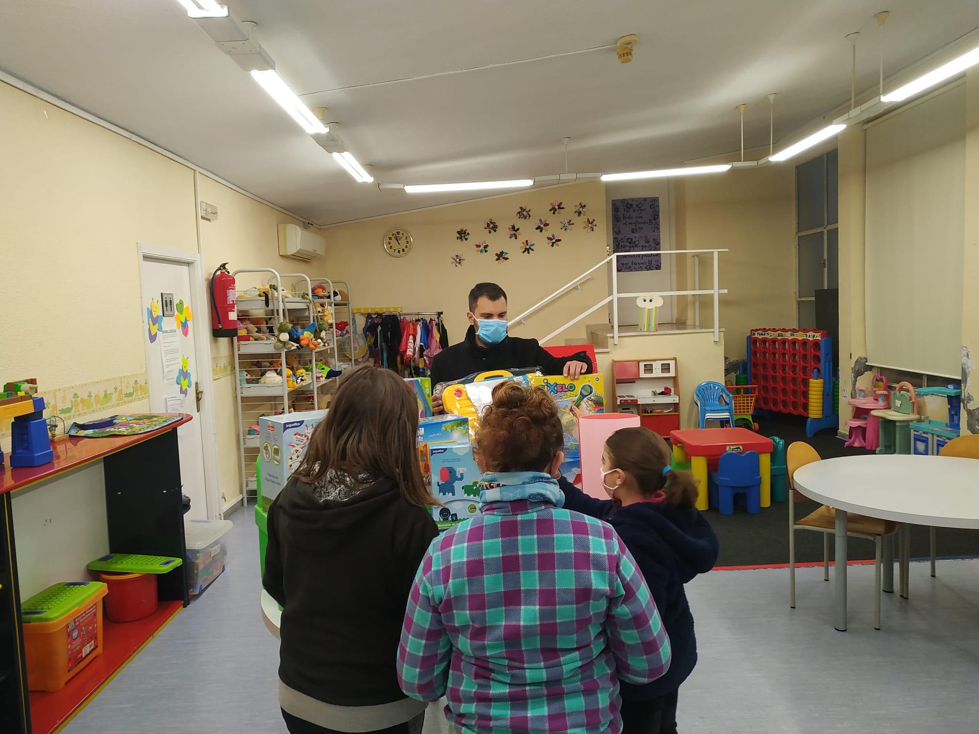 Los Reyes Magos también pasaron por la Ludoteca Gloria Fuertes para dejar juguetes para los niños y niñas