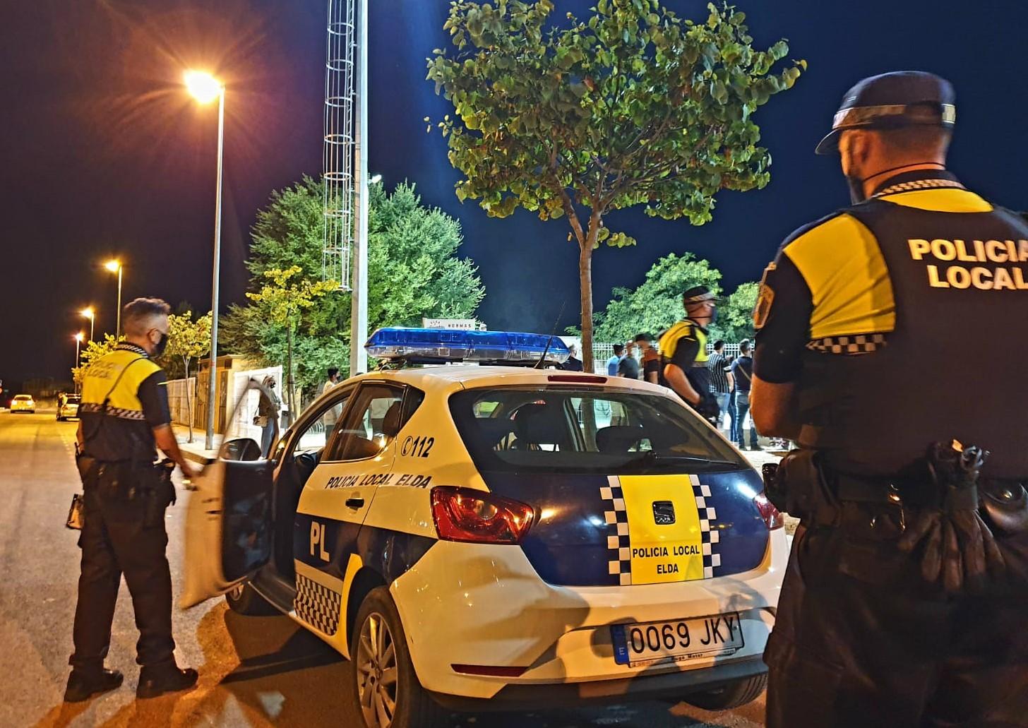 La Policía Local de Elda desaloja una fiesta ilegal en un piso alquilado en la que participaban 36 jóvenes, algunos de ellos menores de edad
