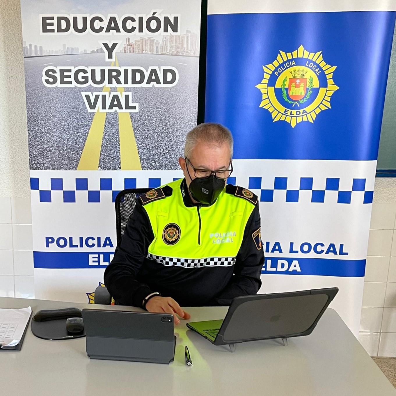 Más de 800 escolares de tres centros educativos de Elda siguen las charlas sobre seguridad vial de manera telemática